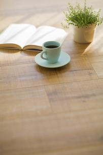 コーヒーと本と観葉植物の写真素材 [FYI00042540]