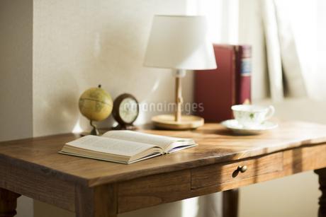 部屋の中にある机の写真素材 [FYI00042545]