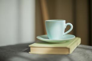 コーヒーカップと本の写真素材 [FYI00042547]