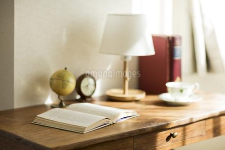 部屋の中にある机の写真素材 [FYI00042551]