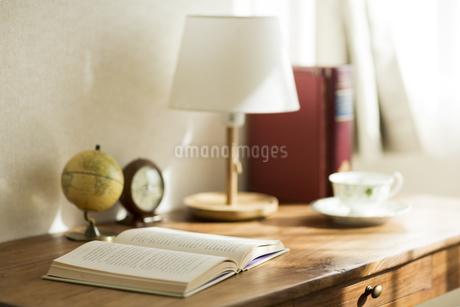 部屋の中にある机の写真素材 [FYI00042552]