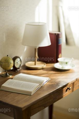 部屋の中にある机の写真素材 [FYI00042560]