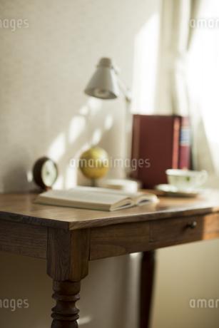 部屋の中にある机の写真素材 [FYI00042562]