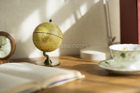 部屋の中にある机の写真素材 [FYI00042563]