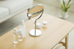 鏡と化粧道具の写真素材 [FYI00042586]