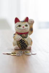 招き猫と硬貨の写真素材 [FYI00042598]