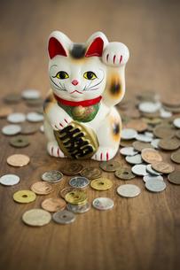 招き猫と硬貨の写真素材 [FYI00042613]