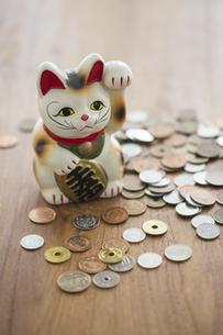 招き猫と硬貨の写真素材 [FYI00042614]