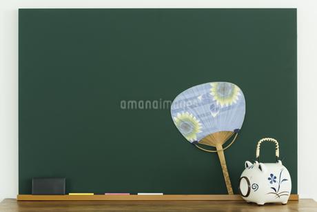 黒板と蚊取り豚の写真素材 [FYI00042641]