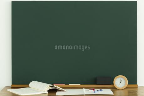 黒板と雑貨の写真素材 [FYI00042643]