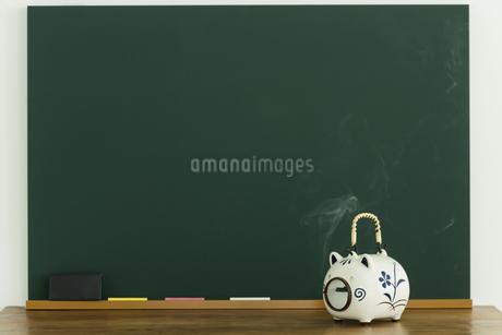 黒板と蚊取り豚の写真素材 [FYI00042647]