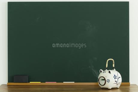 黒板と蚊取り豚の写真素材 [FYI00042648]