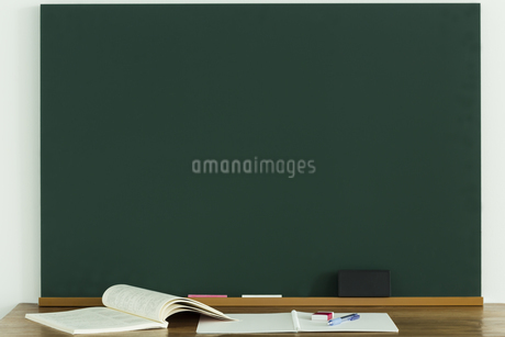 黒板と雑貨の写真素材 [FYI00042651]