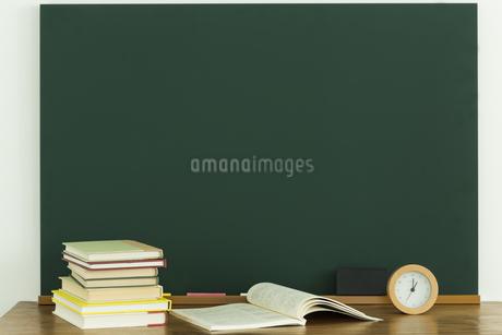 黒板と雑貨の写真素材 [FYI00042653]