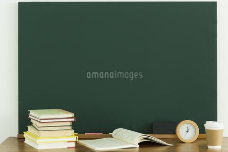 黒板と雑貨の写真素材 [FYI00042654]