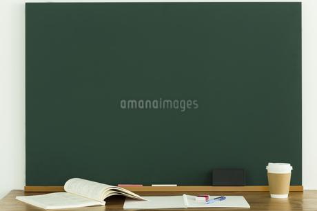 黒板と雑貨の写真素材 [FYI00042657]