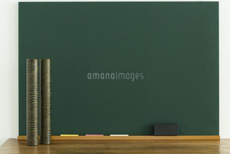 黒板と丸筒の写真素材 [FYI00042660]