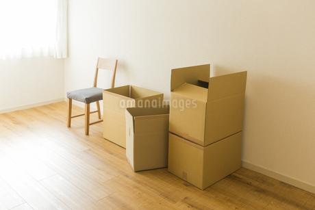 段ボール箱と椅子の写真素材 [FYI00042698]