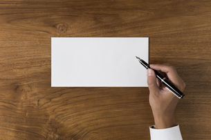 ペンを持って何か書こうとする人の写真素材 [FYI00042792]