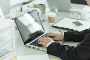 ノートパソコンを操作するビジネスマンの写真素材 [FYI00042823]