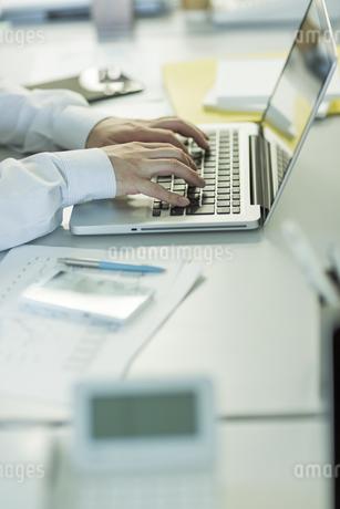 ノートパソコンを操作するビジネスマンの写真素材 [FYI00042828]