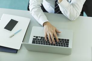 ノートパソコンを操作するビジネスマンの写真素材 [FYI00042842]