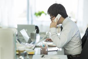 電話をするビジネスマンの写真素材 [FYI00042848]