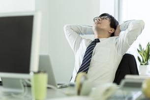 頭を抱えながら嘆くビジネスマンの写真素材 [FYI00042860]