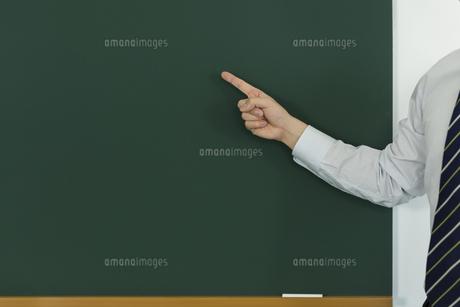 黒板を指差す人の写真素材 [FYI00042865]