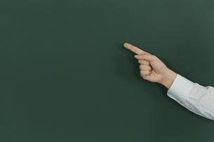 黒板を指差す人の写真素材 [FYI00042868]