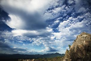 雄大な空と岩肌の素材 [FYI00042913]