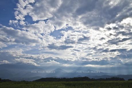 雲間から差し込む光の素材 [FYI00042925]
