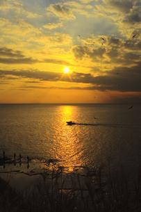 夕焼けと釣り人とボートの素材 [FYI00042933]
