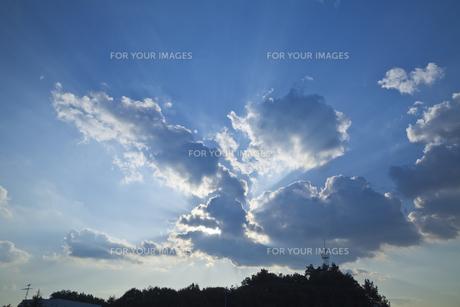 光が溢れ出す空の素材 [FYI00042934]