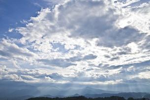 雲間から差し込む光の素材 [FYI00042937]
