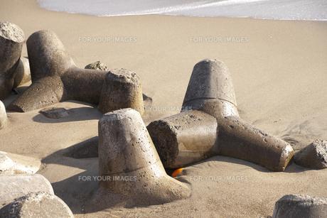 波打ち際のテトラポッドのある風景の素材 [FYI00042954]