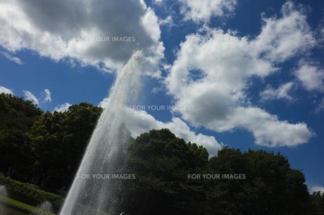 噴水と青い空の素材 [FYI00042976]