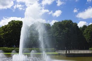 噴水と青い空の素材 [FYI00042992]