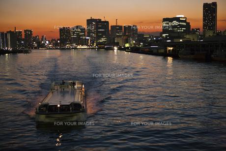 夕焼けの隅田川を進む水上バスの素材 [FYI00042997]