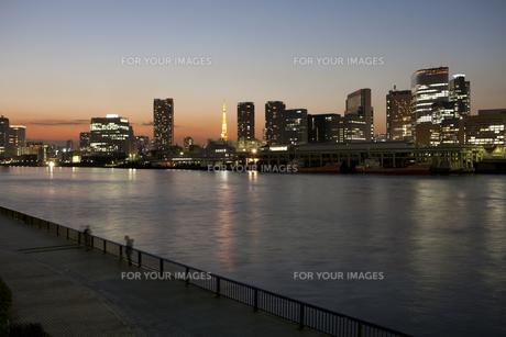 隅田川から東京タワーを望むの素材 [FYI00042998]