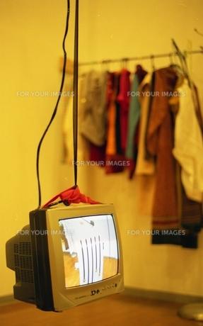 点吊りテレビの写真素材 [FYI00043056]