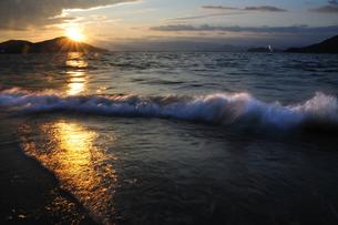 夕陽を浴びた波の素材 [FYI00043082]