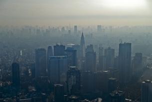 もやの中の新宿高層ビル群の写真素材 [FYI00043271]