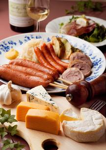 チーズとソーセージのオードブルの写真素材 [FYI00043290]