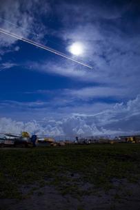 夜の月明かりと飛行機の写真素材 [FYI00043356]