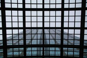 ビルの入り口・雨よけの写真素材 [FYI00043364]