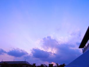 空と雲からさす陽光の写真素材 [FYI00043412]