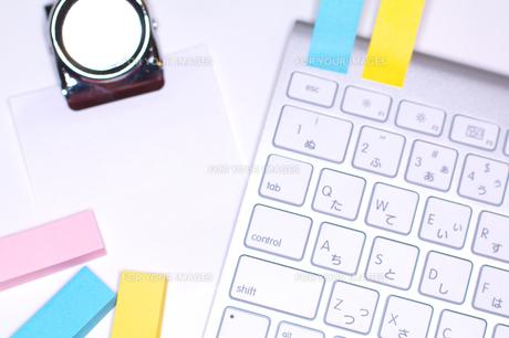キーボードとオフィス用品の写真素材 [FYI00043446]