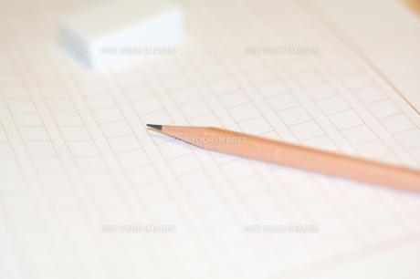 原稿用紙と鉛筆、消しゴムの素材 [FYI00043457]