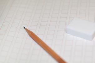 原稿用紙と鉛筆、消しゴムの素材 [FYI00043460]